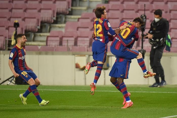 """Messi tình tứ """"khóa môi"""" vợ trong ngày hoàn tất cú đúp vĩ đại nhất Barcelona - Ảnh 7."""