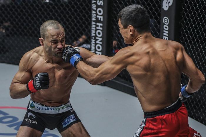 Eddie Alvarez đang tranh tài tại giải MMA lớn nhất châu Á ONE Championship