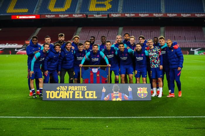 """Messi tình tứ """"khóa môi"""" vợ trong ngày hoàn tất cú đúp vĩ đại nhất Barcelona - Ảnh 1."""