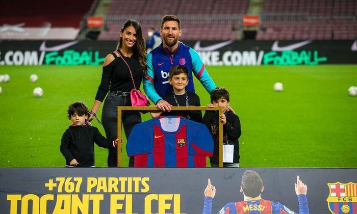 """Messi tình tứ """"khóa môi"""" vợ trong ngày hoàn tất cú đúp vĩ đại nhất Barcelona - Ảnh 4."""
