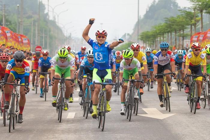 Cuộc so tài hấp dẫn vòng quanh thành phố Cao Bằng khai màn giải đua xe đạp Cúp Truyền hình TP.HCM 2021 - Ảnh 1.