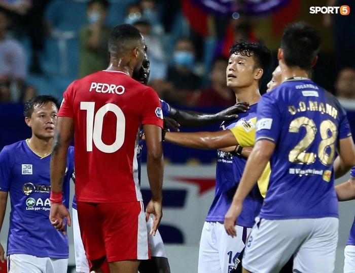 Thành Chung và ngoại binh bóp cổ nhau, trận Hà Nội FC đấu Viettel cực nóng - ảnh 8