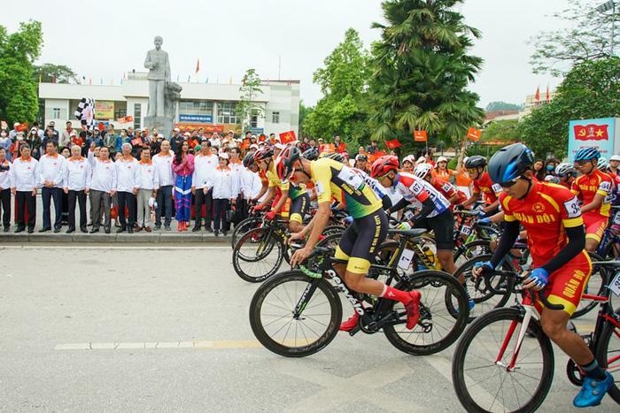 Cuộc so tài hấp dẫn vòng quanh thành phố Cao Bằng khai màn giải đua xe đạp Cúp Truyền hình TP.HCM 2021 - Ảnh 4.