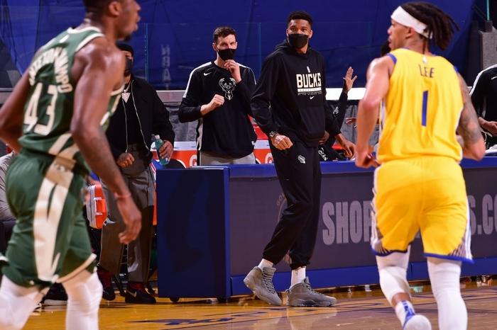 Stephen Curry cùng kép phụ tỏa sáng, Golden State Warriors thắng ngược Milwaukee Bucks đầy kịch tính - Ảnh 1.