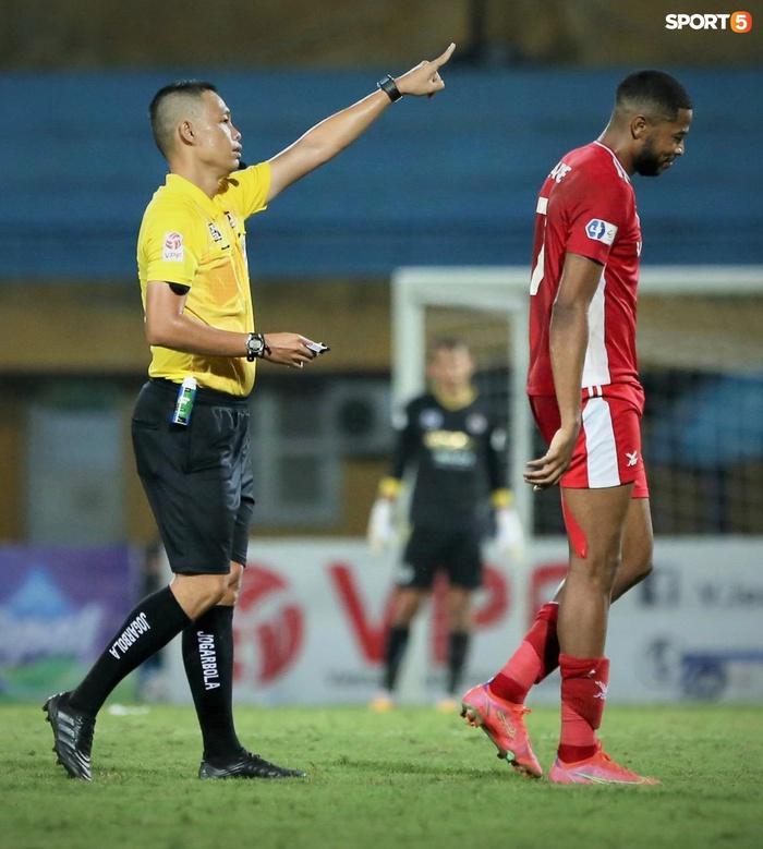 Venancio Caique bị yêu cầu phải rời khỏi sân thi đấu ngay lập tức