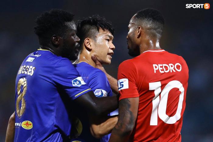 Thành Chung và ngoại binh bóp cổ nhau, trận Hà Nội FC đấu Viettel cực nóng - ảnh 5