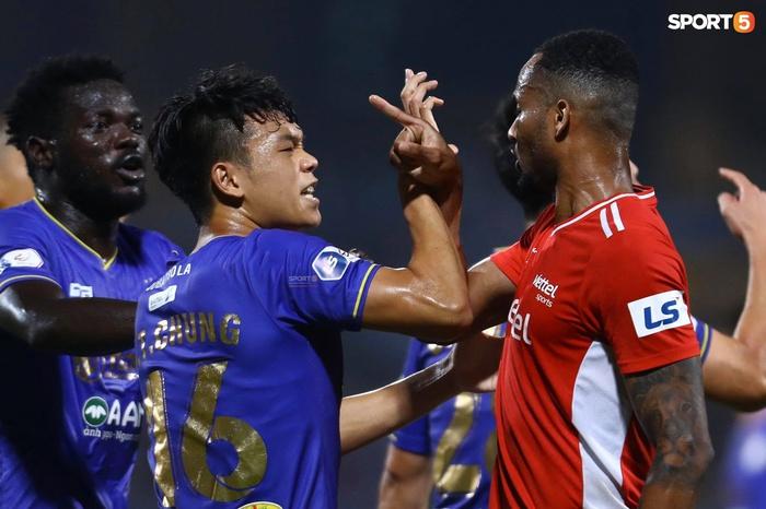 Thành Chung và ngoại binh bóp cổ nhau, trận Hà Nội FC đấu Viettel cực nóng - ảnh 1