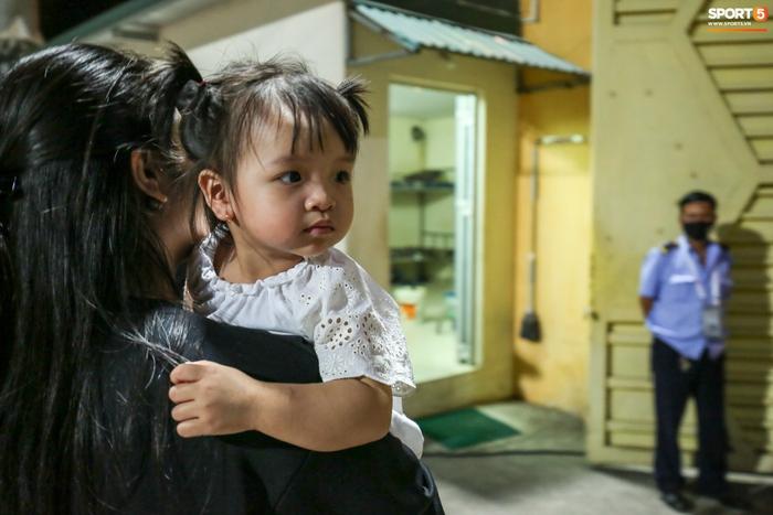 Bùi Tiến Dũng chiều con gái Sushi hết mức, hạnh phúc bên gia đình nhỏ sau trận thắng Hà Nội FC - Ảnh 3.