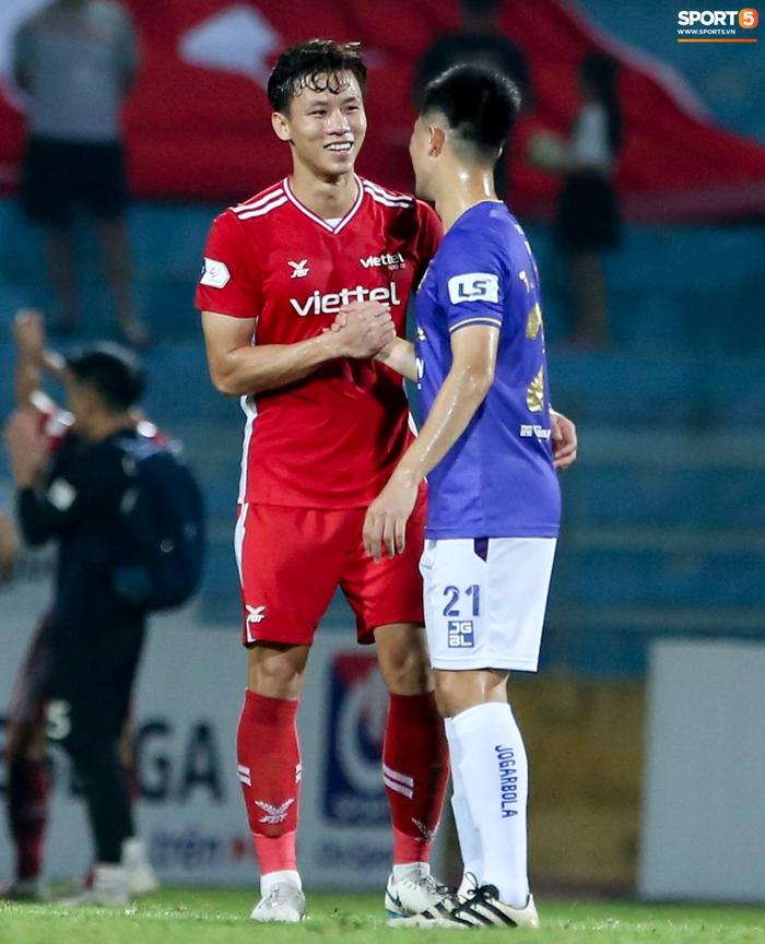 Quế Ngọc Hải an ủi Đình Trọng khi giúp Viettel lần đầu khiến Hà Nội FC ôm hận - Ảnh 2.