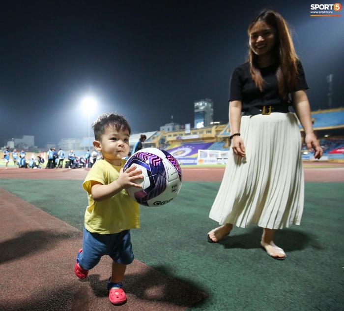 Bùi Tiến Dũng chiều con gái Sushi hết mức, hạnh phúc bên gia đình nhỏ sau trận thắng Hà Nội FC - Ảnh 4.