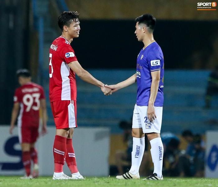 Quế Ngọc Hải an ủi Đình Trọng khi giúp Viettel lần đầu khiến Hà Nội FC ôm hận - Ảnh 1.