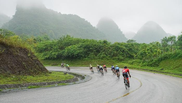Người dân đội mưa tiếp lửa cho các VĐV tại giải đua xe đạp Cup Truyền hình TP.HCM - Ảnh 6.