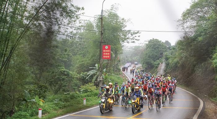 Người dân đội mưa tiếp lửa cho các VĐV tại giải đua xe đạp Cup Truyền hình TP.HCM - Ảnh 1.