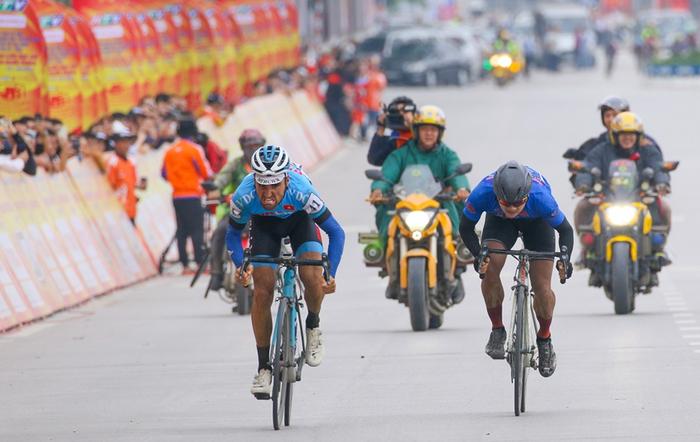 Người dân đội mưa tiếp lửa cho các VĐV tại giải đua xe đạp Cup Truyền hình TP.HCM - Ảnh 10.