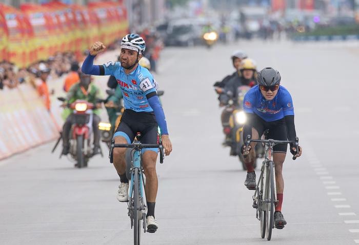 Người dân đội mưa tiếp lửa cho các VĐV tại giải đua xe đạp Cup Truyền hình TP.HCM - Ảnh 11.