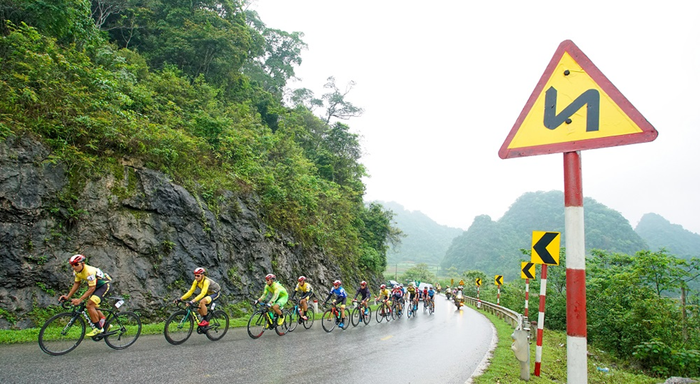 Người dân đội mưa tiếp lửa cho các VĐV tại giải đua xe đạp Cup Truyền hình TP.HCM - Ảnh 5.