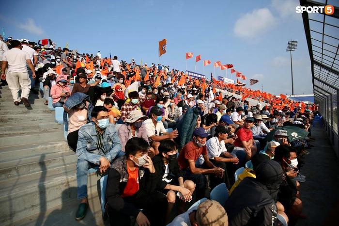 Fan đập phá cửa khán đài đòi vào sân xem Công Phượng, Văn Toàn... đấu CLB Đà Nẵng - Ảnh 10.