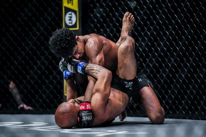Demetrious Johnson thua sốc bởi một đòn thế bị cấm tại UFC - Ảnh 2.