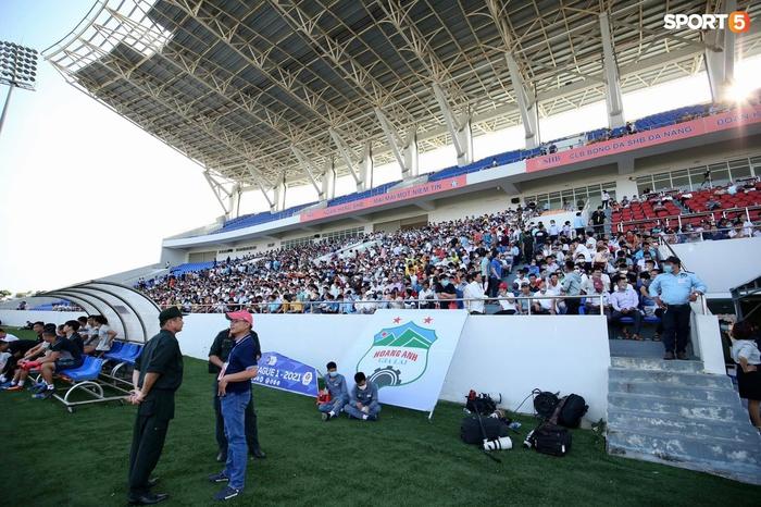 Fan đập phá cửa khán đài đòi vào sân xem Công Phượng, Văn Toàn... đấu CLB Đà Nẵng - Ảnh 9.