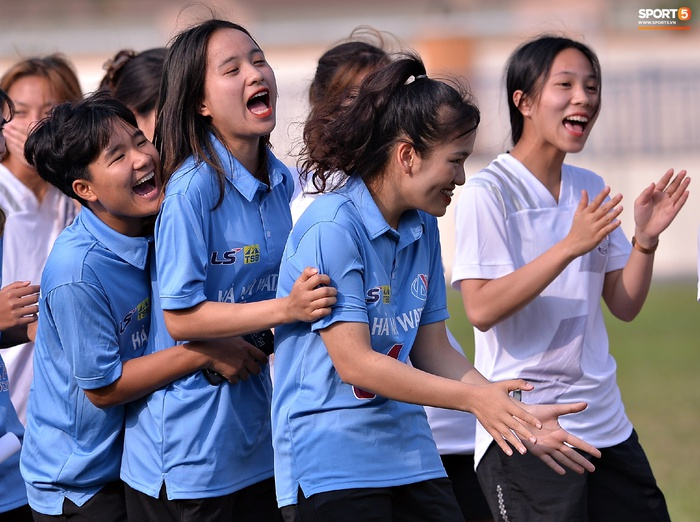 Dàn gái xinh rạng rỡ, đáng yêu trong ngày bế mạc giải bóng đá Nữ Vô địch U19 Quốc gia 2021 - ảnh 16
