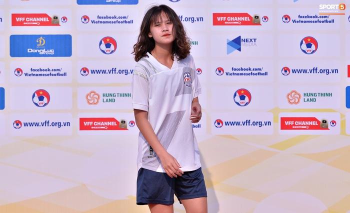 Dàn gái xinh rạng rỡ, đáng yêu trong ngày bế mạc giải bóng đá Nữ Vô địch U19 Quốc gia 2021 - ảnh 10