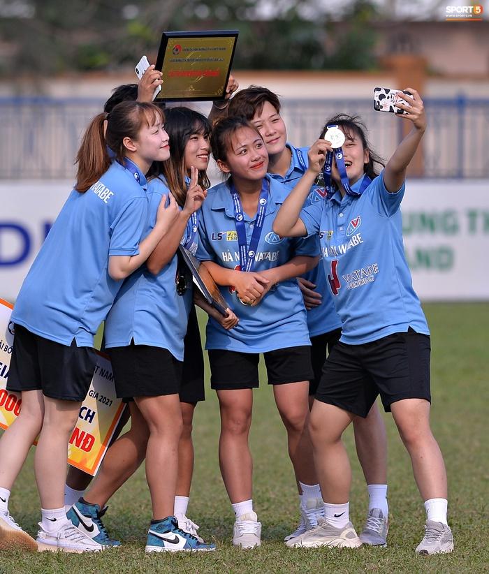 Dàn gái xinh rạng rỡ, đáng yêu trong ngày bế mạc giải bóng đá Nữ Vô địch U19 Quốc gia 2021 - ảnh 11