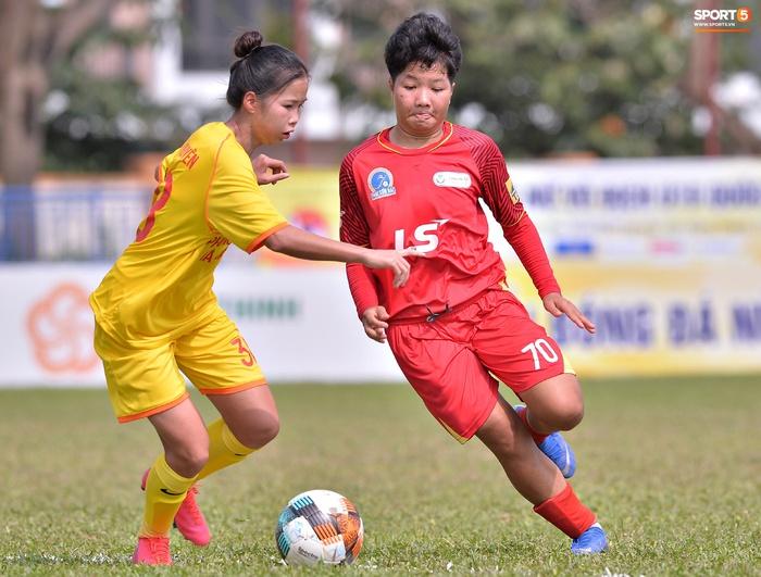 Dàn gái xinh rạng rỡ, đáng yêu trong ngày bế mạc giải bóng đá Nữ Vô địch U19 Quốc gia 2021 - ảnh 1