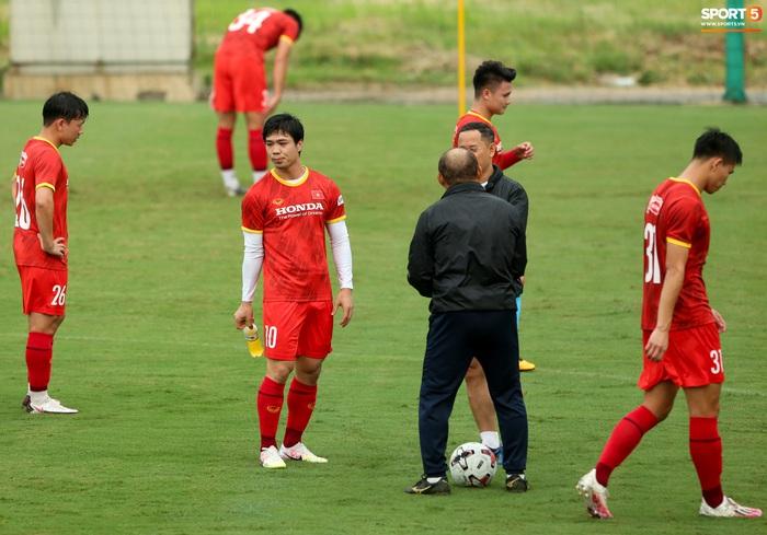HLV Park Hang-seo dạy riêng Công Phượng, nhắc nhở Tiến Linh về trang phục - Ảnh 3.