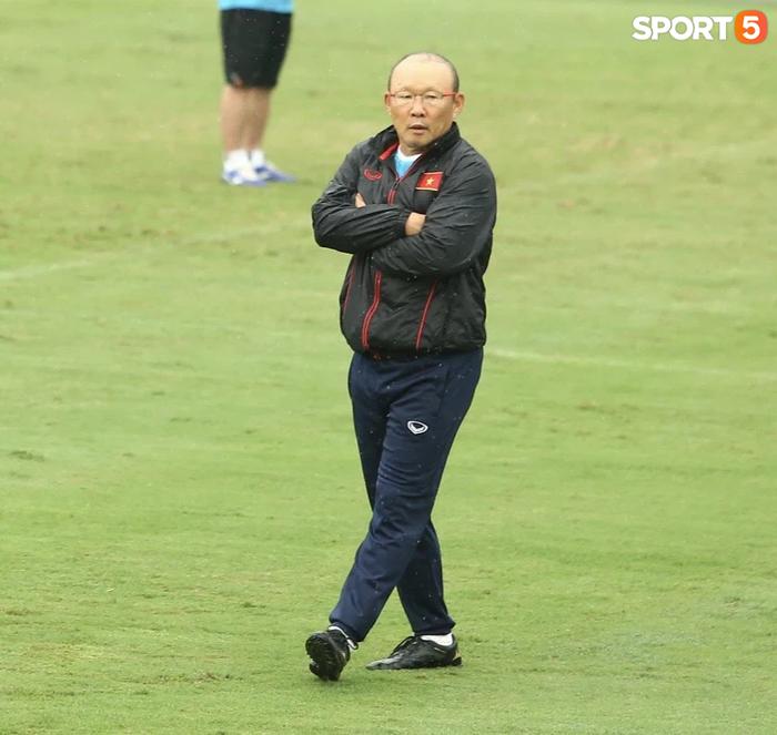 Bực vì học trò không thực hiện đúng, HLV Park Hang-seo trực tiếp thị phạm chuyền bóng - Ảnh 2.