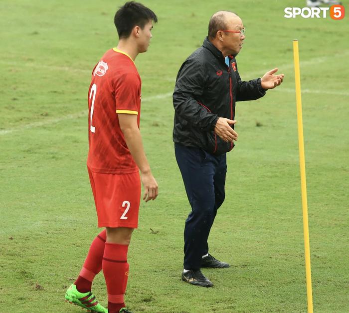 Bực vì học trò không thực hiện đúng, HLV Park Hang-seo trực tiếp thị phạm chuyền bóng - Ảnh 5.