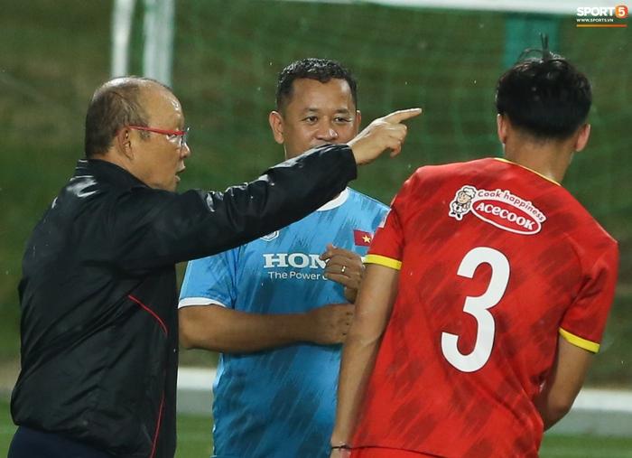 Quế Ngọc Hải hốt hoảng khi bị HLV Park Hang-seo chú ý - Ảnh 3.