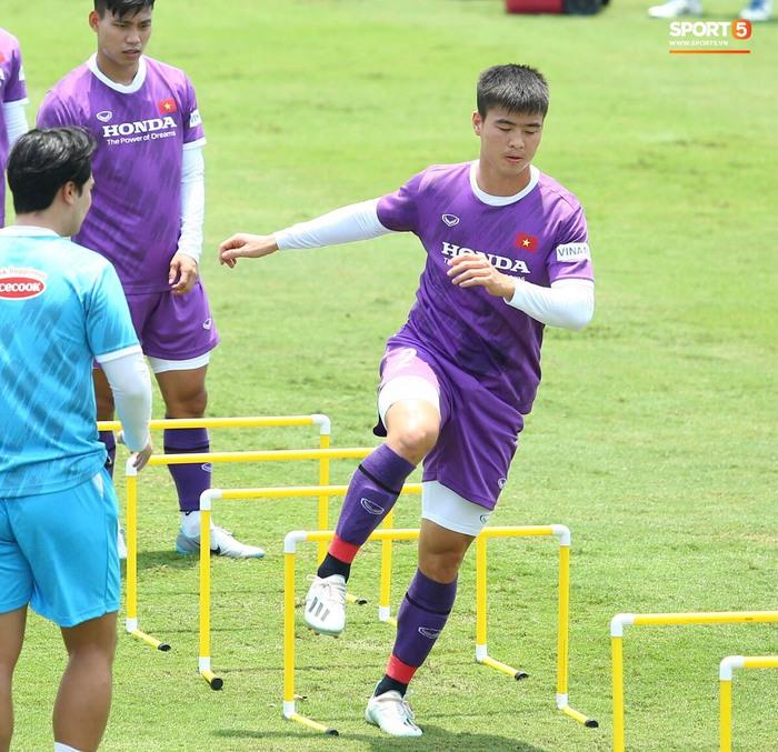 """""""Cầu thủ trẻ"""" Trọng Hoàng trở lại sân tập, HLV Park Hang-seo mừng ra mặt - Ảnh 8."""