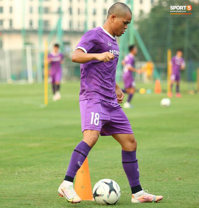 Cầu thủ U22 Việt Nam ngượng ngùng giấu kiểu tóc mới cắt - Ảnh 9.