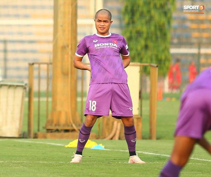 Cầu thủ U22 Việt Nam ngượng ngùng giấu kiểu tóc mới cắt - Ảnh 6.