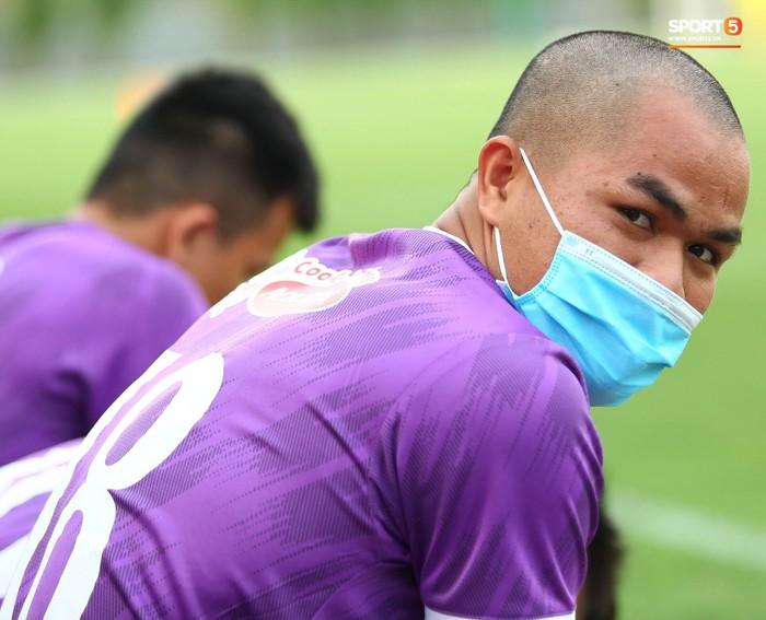 Cầu thủ U22 Việt Nam ngượng ngùng giấu kiểu tóc mới cắt - Ảnh 5.