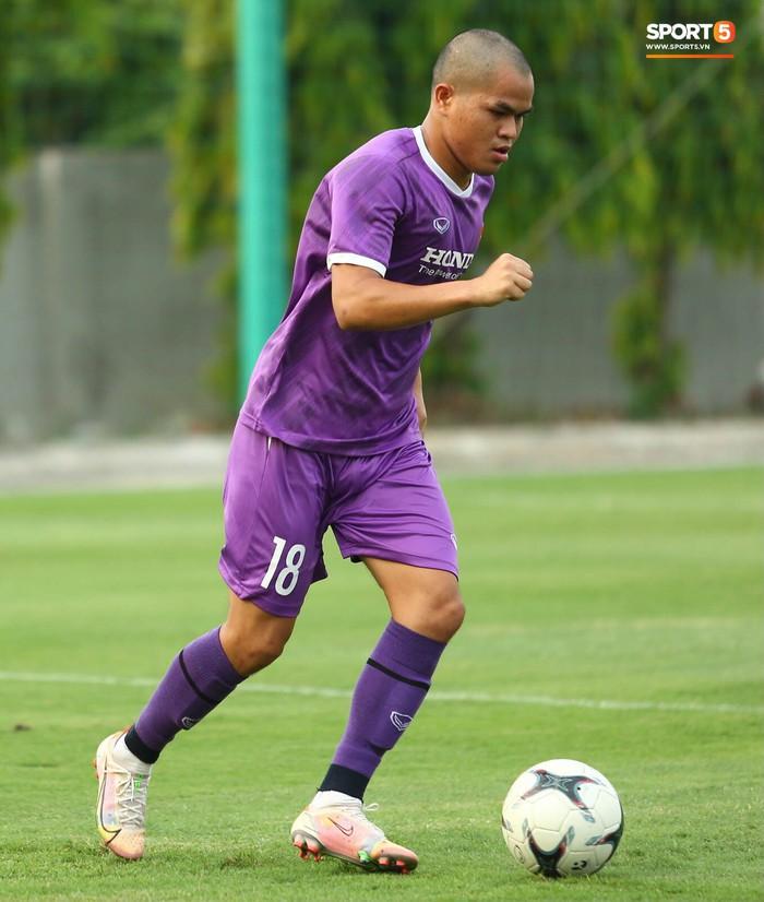 Cầu thủ U22 Việt Nam ngượng ngùng giấu kiểu tóc mới cắt - Ảnh 7.