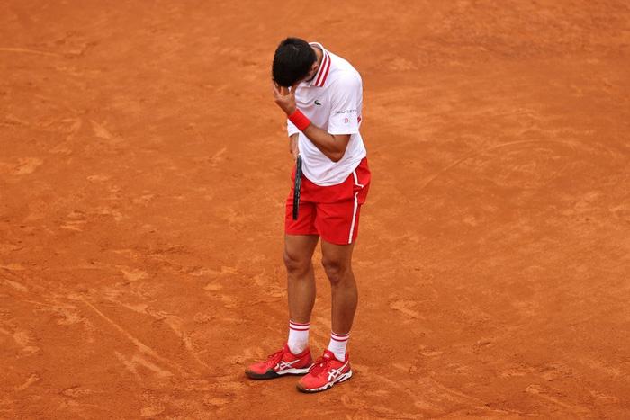 Vừa mất game đau vào tay đàn em, tay vợt số 1 thế giới nổi nóng, quát trọng tài xơi xơi - Ảnh 7.