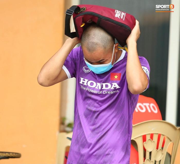 Cầu thủ U22 Việt Nam ngượng ngùng giấu kiểu tóc mới cắt - Ảnh 1.