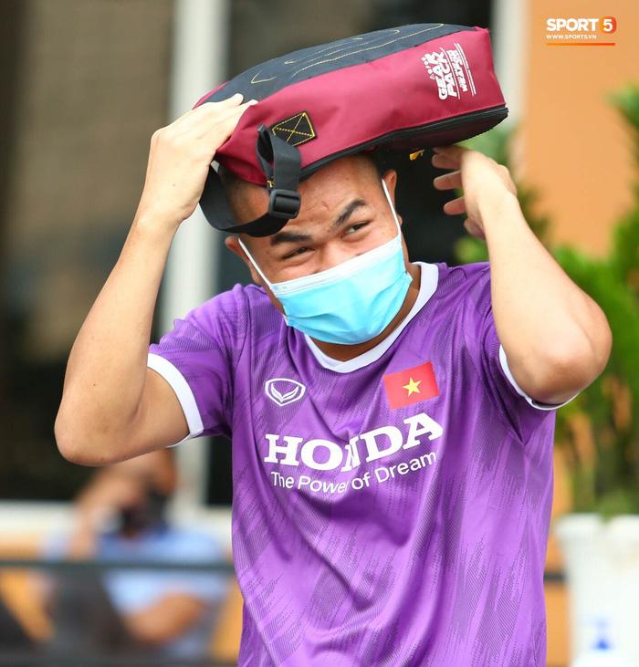 Cầu thủ U22 Việt Nam ngượng ngùng giấu kiểu tóc mới cắt - Ảnh 2.