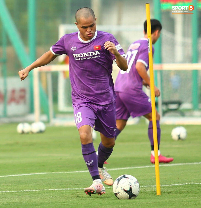 Cầu thủ U22 Việt Nam ngượng ngùng giấu kiểu tóc mới cắt - Ảnh 8.