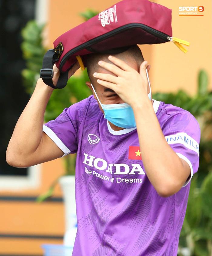 Cầu thủ U22 Việt Nam ngượng ngùng giấu kiểu tóc mới cắt - Ảnh 3.