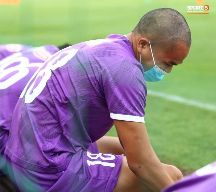 Cầu thủ U22 Việt Nam ngượng ngùng giấu kiểu tóc mới cắt - Ảnh 4.