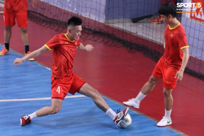 Tuyển futsal Việt Nam tập luyện nhịp độ cao trước ngày sang UAE - Ảnh 2.