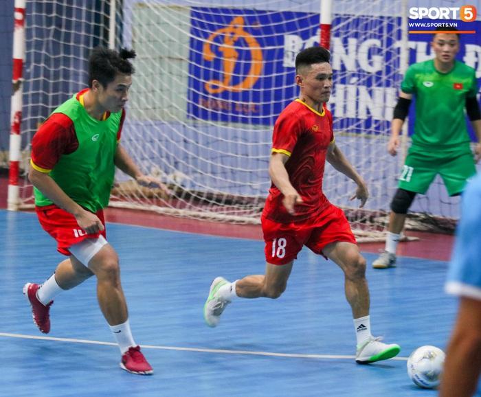 Tuyển futsal Việt Nam tập luyện nhịp độ cao trước ngày sang UAE - Ảnh 3.