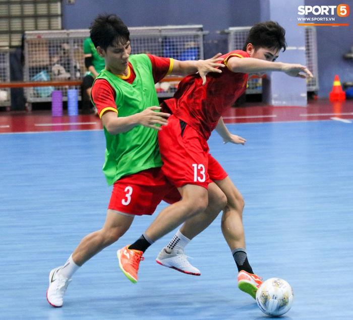 Tuyển futsal Việt Nam tập luyện nhịp độ cao trước ngày sang UAE - Ảnh 6.