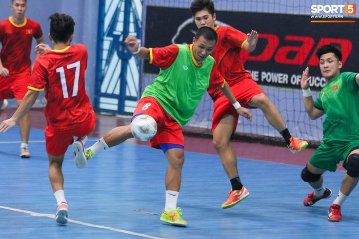 Tuyển futsal Việt Nam tập luyện nhịp độ cao trước ngày sang UAE - Ảnh 7.