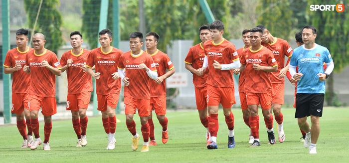 HLV từng dự World Cup liên tục sửa lỗi cơ bản, kiên nhẫn làm mẫu cho thủ môn U22 Việt Nam - Ảnh 1.
