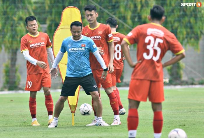 HLV từng dự World Cup liên tục sửa lỗi cơ bản, kiên nhẫn làm mẫu cho thủ môn U22 Việt Nam - Ảnh 8.