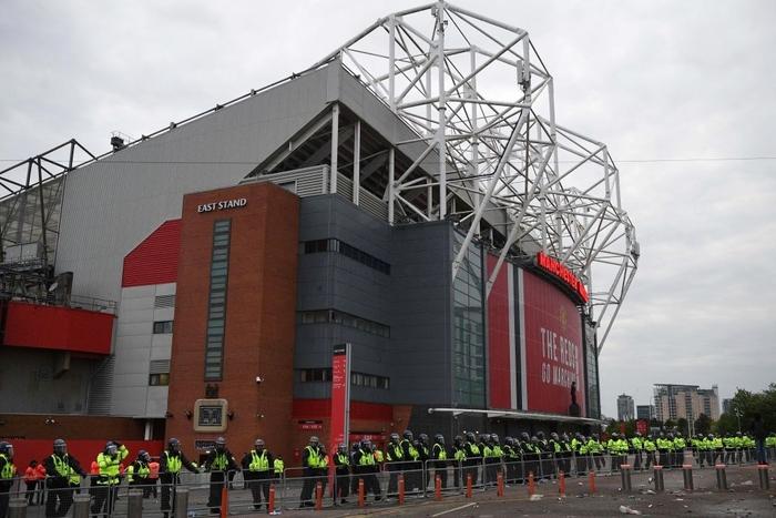 Sử dụng chim mồi, Liverpool lừa fan MU gây rối một vố đau - Ảnh 1.