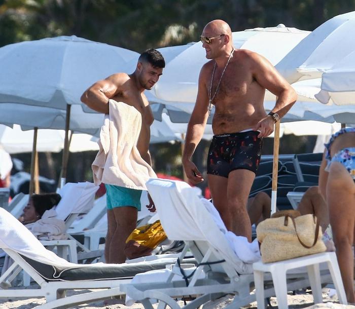 Tyson Fury thảnh thơi nghỉ dưỡng trước thông tin chuẩn bị chốt xong hợp đồng với Anthony Joshua - Ảnh 1.